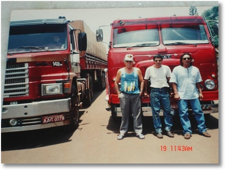Em frente aos Poderosos brutos Luíz(Zóihão) de boné -Faxinal-pr Moyzes Faxinal-pr Tio Bita do Scania 142 de Mandaguari-pr