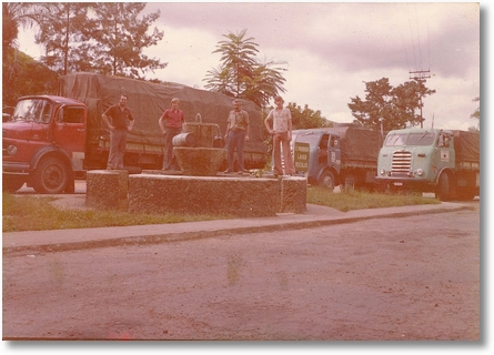 Ito Bir enchendo os curotes de água em Barbacena 1976