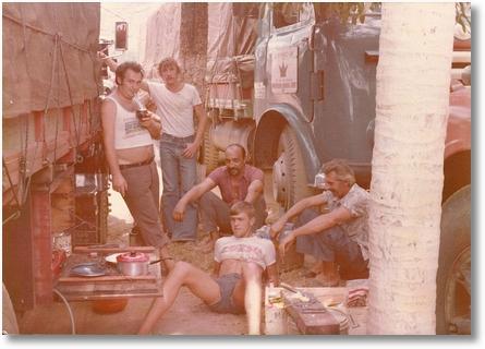 Ito Bir fazendo carreteiro com amigos 1976