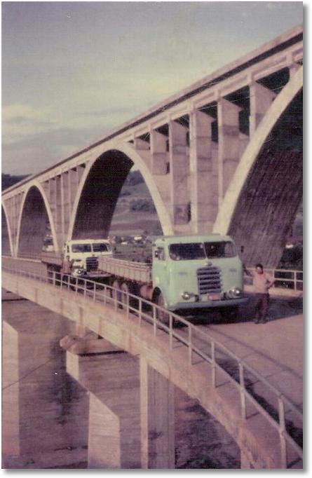 FNMs 61 E 60 NA FRENTE JOAO BATISTA DE OLIVEIRA [ EM MEMORIA] OUTRO MOTORISTA NAO RECONHECIDO ANO 1970 LOCAL NAO RECONHECIDO