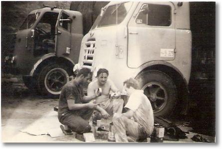 Nene Pichorim, João Pichorim e Celso Valaski em Muriaé - 1969 - Fazendo revisão da caixa de cambio, FNM 59 e 60