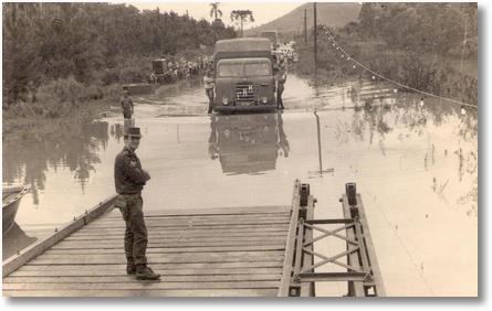 Porto União - União da Vitória - Ano 1960 - Ponte colocada pelo exercito para travessia do Rio Iguaçu por motivo de enchente