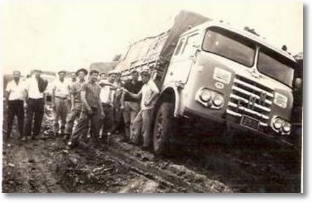 FNM 56 cabine Drulla - Estrada Canoinhas para União da Vitória. Amigos tentando desatolar o FNM