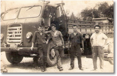 Uylton Ricardo Soares - Proprietário do FNM 58 Ramiro Fogiatto - ao lado Lucas Trevizan e a direita Borracheiro em 1961