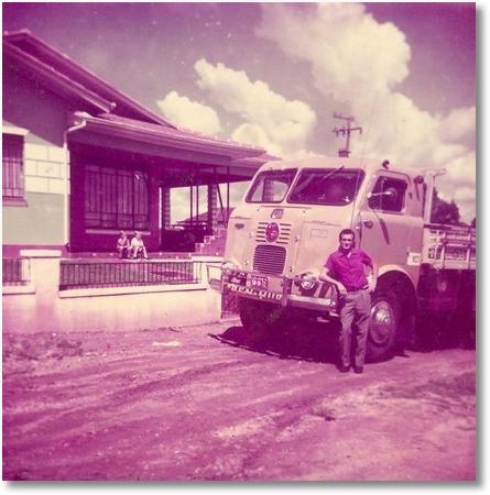 Celso Valaski em frente de sua casa, em São José dos Pinhais com o Ben Hur, FNM - 1960