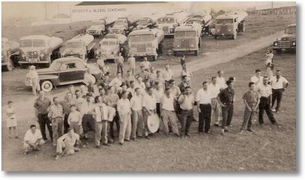 Greve de motoristas (tanqueiros) de São José dos Pinhais e Curitiba na Vila Parolin em Curitiba nos anos 50- Foto de Cindo Berlese