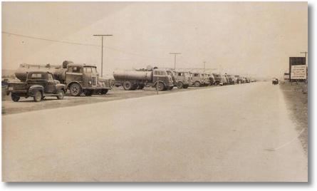 Greve de motoristas (tanqueiros) de São Jose dos Pinhais e Curitiba na Vila Parolin em Curitiba nos anos 50 - Foto de Cindo Berlese