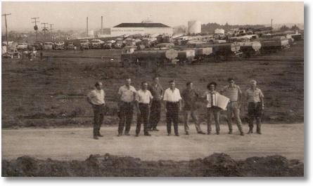 Greve de motoristas (tanqueiros)de São José dos Pinhais e Curitiba na Vila Parolin em Curitiba nos anos 50 - Foto de Cindo Berlese