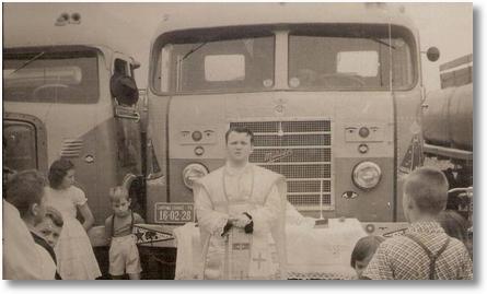 Missa realizada para benção dos caminhões - anos 50 - Foto de Gumercindo Berlese