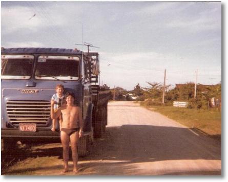 Anadson Heitor Cruz com sobrinho Jean Purkote em Guaratuba - 1982