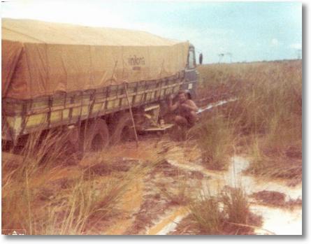 FNM 180 76 - Rubens Barbosa - Campo Novo do Parecis em 1989 - O velho dando uma força para sair do atoleiro