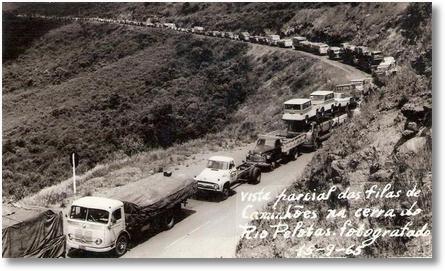 Vista parcial das filas de caminhões na Serra do Rio Pelotas - Fotografado em 15-09-65