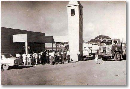 FNM EM FRENTE A IGREJA EM BRASILIA EM 1960 PROPRIETARIO( EM MEMORIA) LOURIVAL DA SILVEIRA (LULO)EM MEMORIA